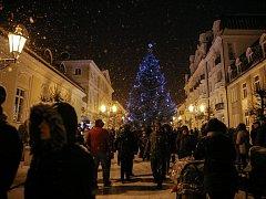 Obce na Chebsku už jsou svátečně ozdobené a na řadě míst už slavnostně rozsvítili vánoční strom. Tak učinili například ve Františkových Lázních, kde kromě toho připravili adventní trh a bohatý doprovodný program, ve kterém vystoupily místní děti, ale také