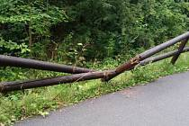Nedávno veřejnost upozornila na poškozené dřevěné oplocení na cyklostezce směrem na Slapany.