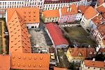 VNITROBLOK v Hradební ulici patří k největším v centru Chebu. V současné době je rozdělen zdí na dvě části na uzavřený trakt, který v historii sloužil jako hospodářský dvůr se sýpkami, a dvorní trakt za domy v Dlouhé a Hradební ulici.