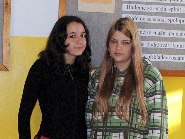 ŽÁCI HRANICKÉ ZÁKLADNÍ ŠKOLY sami vyhlásili sbírku na pomoc školákům v Raspenavě. Iniciátorkami sbírky jsou osmačky Markéta Svobodová (vlevo) a Nikol Mojcherová.