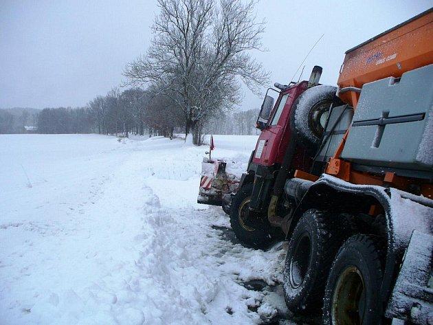 Sníh komplikoval život především řidičům.