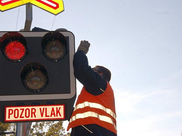 NOVÁ PŘEJEZDOVÁ ZABEZPEČOVACÍ ZAŘÍZENÍ v uplynulých dnech nainstalovali odborníci na železniční trati Cheb - Cheb státní hranice.
