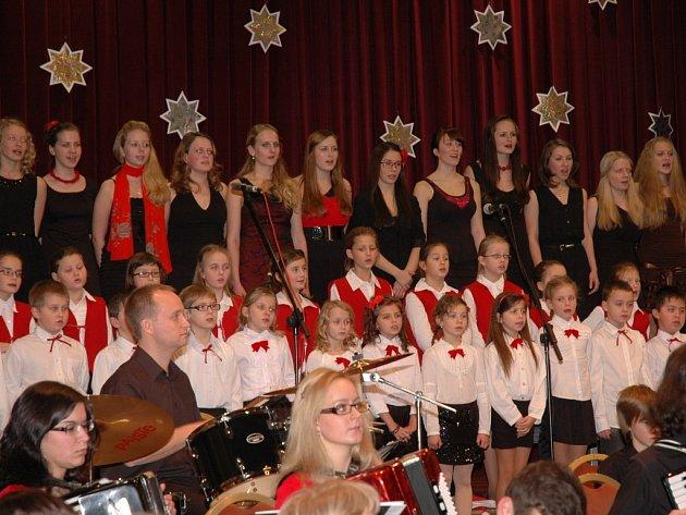 TÉMĚŘ 120 ÚČINKUJÍCÍCH se představilo na Vánočním koncertu Akordeonového orchestru Alexandra Smutného v Mariánských Lázních.