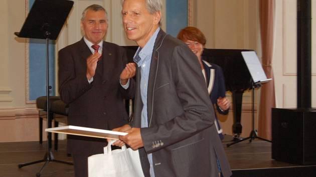 SLAVNOSTNÍ OCENĚNÍ Ligy odpadů se uskutečnilo v Modrém salonu kláštera premonstrátů v Teplé