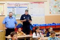 NOTES STRÁŽNÍKA PAVLA. Mariánskolázeňská městská policie spustila projekt Notes strážníka Pavla. Ten dostali žáci druhých tříd dvou základních škol. Notes s dětmi poroste dva až tři roky.