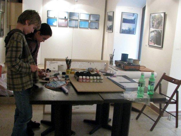 Hedvábné hrátky v chebské galerii G4