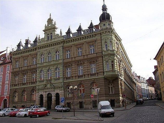 UŽ ROKY JE PRÁZDNÁ bývalá pošta  ve spodní části náměstí Krále Jiřího v Chebu. Lidé se shodují, že  by  tento prostor slušel například městské knihovně.