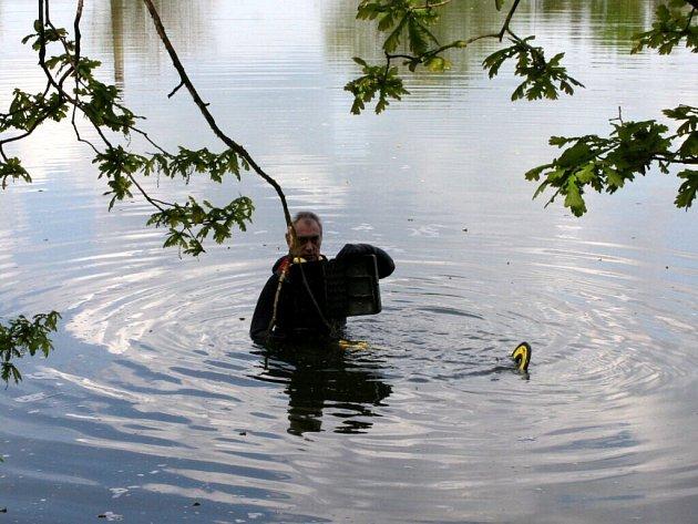 Policejní potápěči našli ukradenou kasičku v jednom z chebských rybníků
