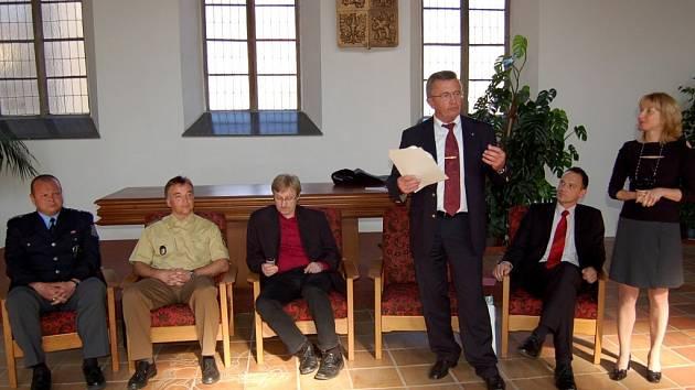 Na tiskové konferenci v Chebu němečtí policisté uváděli, že důkladné kontroly jsou běžnou praxí