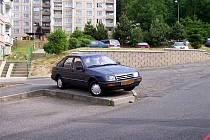 Z archívu Chebského deníku. Kvůli nedostatku parkovacích míst parkují řidiči kde se dá