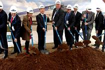 ČÍNSKÁ SPOLEČNOST BWI Group bude v chebské průmyslové zóně vyrábět pasivní tlumiče pro vyšší řady vozidel automobilek. Stavba továrny byla symbolicky zahájená v září.