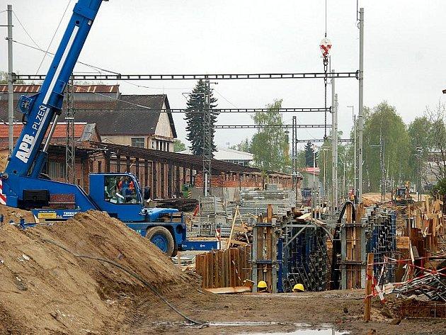 Práce na třetím železničním koridoru, který zahrnuje i západní část trati Cheb-Praha, stále pokračují. Momentálně se stroje prohánějí u Lázní Kynžvartu.