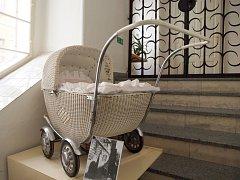 """Nová výstava začala v chebském muzeu. Návštěvníci se mohou těšit na """"Historické kočárky ze sbírky Miloslavy Šormové"""". A je se opravdu nač dívat. Ve výstavním sále muzea je k vidění bezmála 60 dětských kočárků, kočárky pro panenky, ale také kolébky."""
