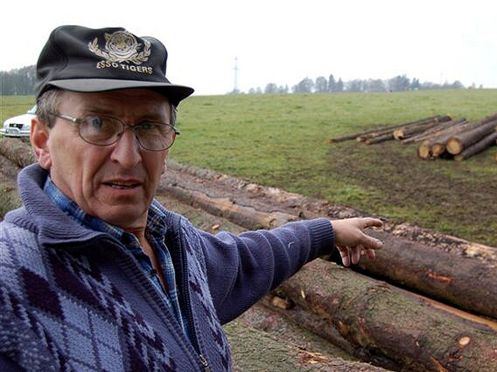 MOJE  POLE  NENÍ SILNICE!  Soukromý zemědělec Josef Novák z Hošťce u Teplé  ukazuje, jak vypadá  jeho  pozemek po několika dnech svážení dřeva. Obává se, že jakmile na louku přijedou těžké automobily,  aby klády odvezly, bude to ještě horší.
