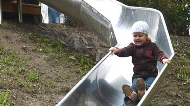 Patnáctimetrová skluzavka v chebském hradním příkopu již slouží dětem.