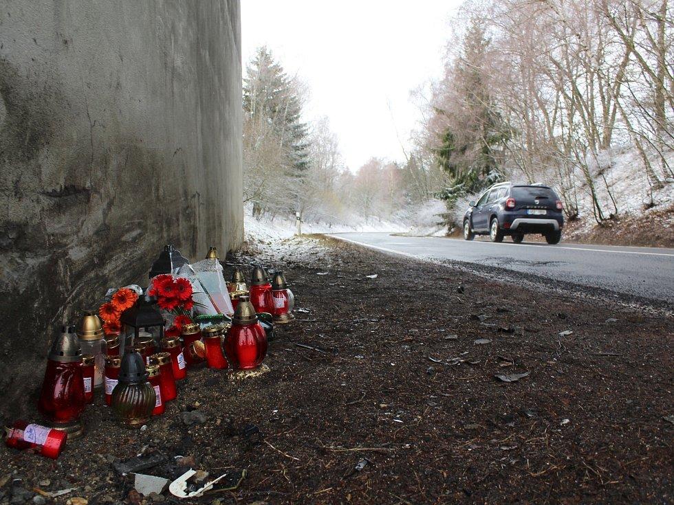 Dodnes se nemohou z nehody, která se stala o víkendu u Mariánských Lázní, lidé vzpamatovat. V místě, kde auto ve vysoké rychlosti narazilo do pilíře mostu, hoří několik svíček. Položené jsou tu i květiny.