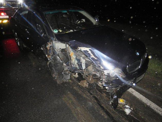 Osmašedesátiletý řidič dostal smyk a naboural do stromu.