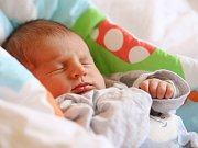 VIKTOR CAHLÍK se poprvé rozkřičel v pondělí 29. února v 22.35 hodin. Na svět přišel s váhou 2 990 gramů a mírou 49 centimetrů. Maminka Michaela a tatínek Petr se těší z malého Viktorka doma v Chebu.