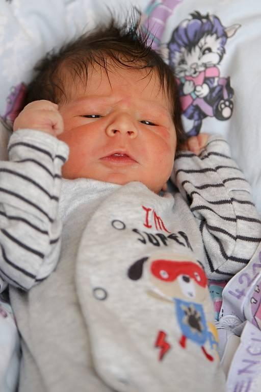 ADAM CHYTIL bude mít v rodném listu datum narození sobotu 16. ledna v 9.25 hodin. Při narození vážil 3 100 gramů a měřil 51 centimetrů. Z malého Adámka se těší doma v Aši maminka Markéta a tatínek Adam.