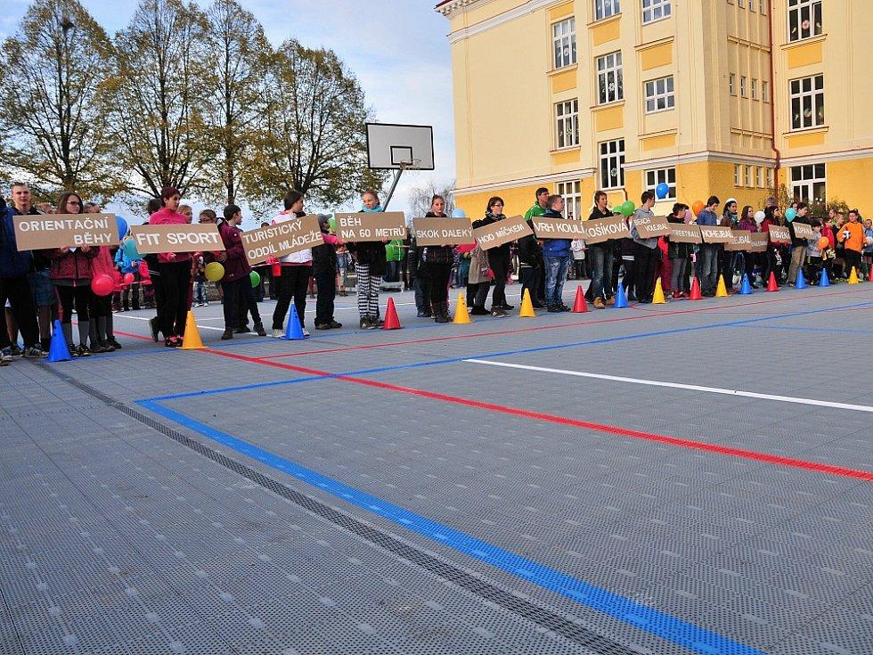 OTEVŘENÍ zrenovovaného hřiště v Okružní ulici v Aši se zúčastnily desítky lidí.