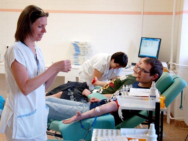 Zachránit někomu život s takovým přáním přišly na transfuzní stanici Nemocnice Cheb desítky studentů. Konal se tam totiž již 42. Kýbl akademické krve.