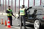 Kvůli závažnému trestnému činu znásilnění, po kterém odjel pachatel automobilem, udělali policisté uzávěry po celém kraji, Chebsko nevyjímaje