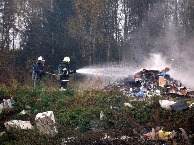 Hasiči likvidují požár skládky komunálního odpadu v Mokřinách u Aše