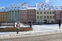 Na chebském náměstí je klid. Většina lidí nošení roušek dodržuje.