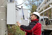 Montéři odstraňovali v Karlovarském kraji škody napáchané vichřicí na elektrickém vedení. Dodávku proudu se snažili obnovit například i ve Starém Hrozňatově na Chebsku.