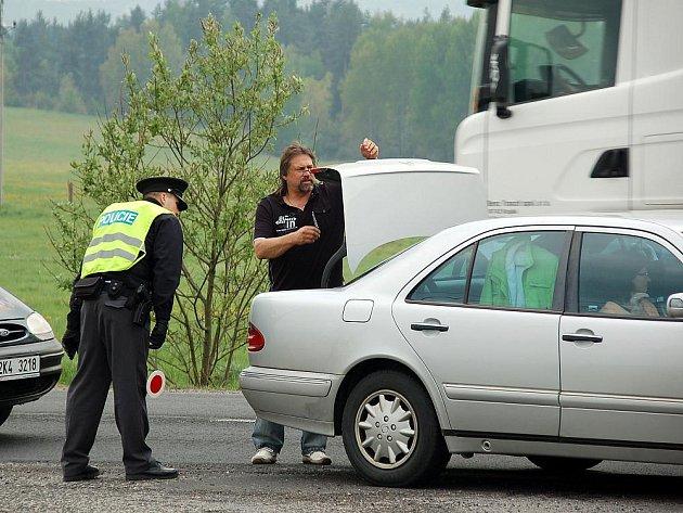 KVŮLI LOUPEŽI kontrolovali policisté vozidla na silnicích celého Karlovarského kraje.