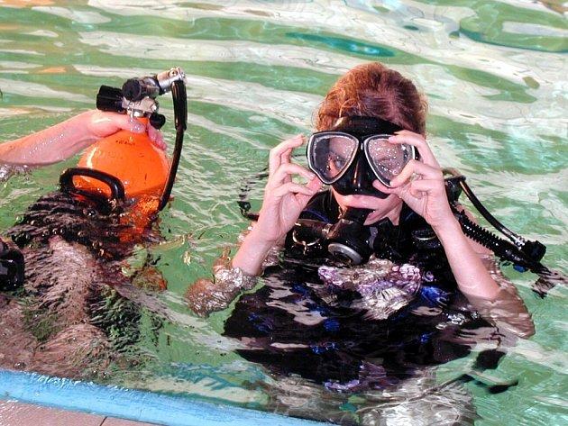 V chebské bazénu si studentky Střední zdravotnické školy pod dohledem chebských policejních potápěčů vyzkoušely ponor do hloubky 160 centimetrů