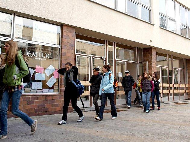 Studenti chebského gymnázia mají až do 23. listopadu volno.