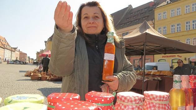 NĚKOLIK DESÍTEK lidí zavítalo na farmářské trhy na chebském náměstí. K dostání tu byly například marmelády a rakytníkové likéry.