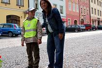 PŘI PRAVIDELNÉ VYCHÁZCE do centra Chebu si učitelka Vladimíra Nezbedová popovídala s devítiletým autistou Adámkem Adlerem z Hranic.