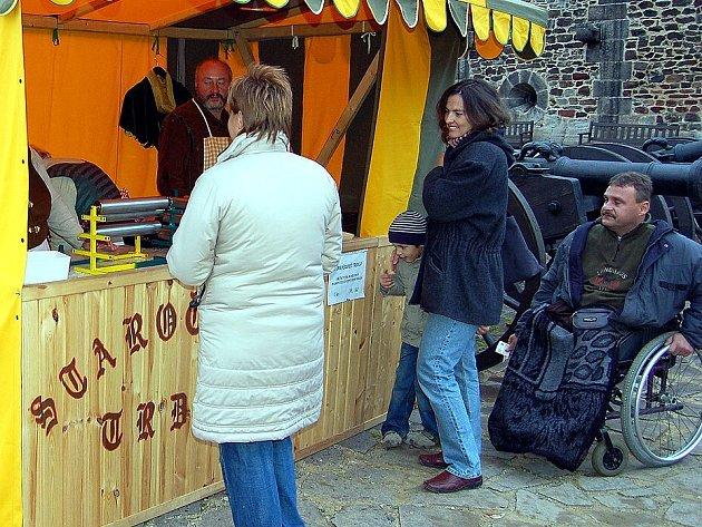 POCHUTNALI SI! Slavnostní ukončení sezony na Chebském hradě se líbilo všem přítomným. Ti si také pochvalovali středověké tržiště plné ručně vyráběných předmětů, ale také skvělých pokrmů.