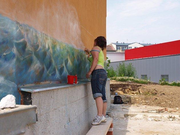 Opěrnou betonovou zeď u jednoho z chebských obchodních center  ozdobili studenti z plzeňské umělecko-průmyslové školy Zámeček