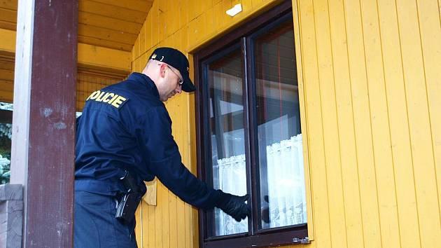 Na chatové oblasti v okolí přehrady Jesenice se první únorový víkend zaměřili chebští policisté. Majitele objektů upozorňovali, jak si svůj majetek co nejlépe ochránit. Zároveň sami prohlédli, zda jsou chaty v pořádku.