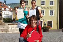 Vysvědčení ze školy si nesli také patnáctiletá (zleva) Kateřina Valtrová z Chebu, Alena Vrbová z Nebanic a (dole) Vojtěch Čmok z Libé.