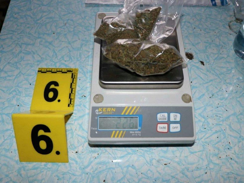 Zabavené drogy a bankovky.