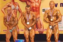 Dekorování nejlepších v kategorii muži do 175 cm. Jakub Ziemniok (vpravo) s pohárem a medailí za druhé místo z mezinárodního mistrovství České republiky v naturální kulturistice a fitness.