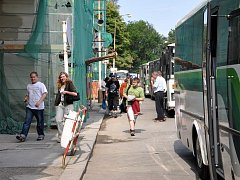 NÁHRADNÍ AUTOBUSOVÁ DOPRAVA čeká na všechny cestující na železniční trati z Chebu do Plzně v úseku Lázně Kynžvart a Planá. Budou muset přesedat.