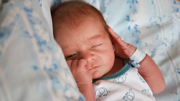 PAVEL ROUB přišel na svět v úterý 15. října v 3.14 hodin. Při narození vážil 3 140 gramů. Doma v Chebu se z malého Pavlíčka těší sourozenci Eliška s Radkem, maminka Romana a tatínek Pavel.