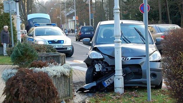 Řidič naboural do lampy