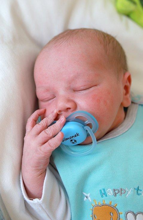 ŠIMON HLAVSA se narodil ve středu 4. září v 20.02 hodin. Na svět přišel s váhou 3 390 gramů. Doma v Chebu se z malého Šimonka raduje bráška Adámek spolu s maminkou Romanou a tatínkem Miroslavem.