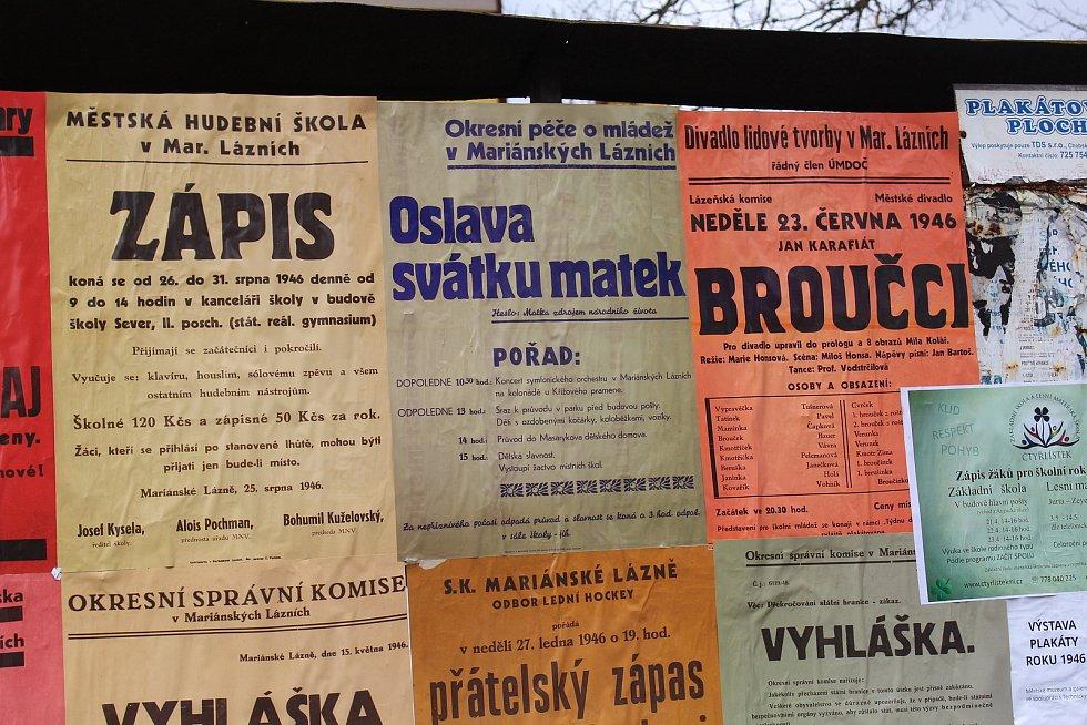 Kolemjdoucí mohou v Mariánských Lázních vidět plakáty z roku 1946.