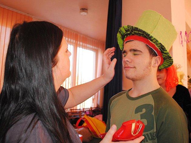 Maškarní reje, plesy a karnevaly v současné době zaměstnávají všechny děti na Chebsku. Ty chtějí pochopitelně zazářit v co nejlepší a nejoriginálnější masce.