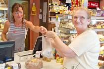 PRODAVAČKA Jana Podhirňová podávala stálé zákaznici pekařství Julii Weiszdornové její chléb a zákusky. Nové označení pečiva Julie uvítá jako každý milovník dobrého chleba.