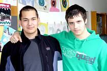 Ondřej Melichar (vlevo) a Michael Birner (vpravo) jsou úspěšnými absolventy speciálních tříd na 4. základní škole v chebské Hradební ulici.