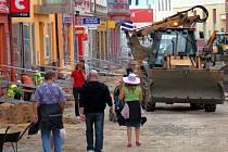 Stavební práce na rekonstrukci pěší zóny v Chebu 21. května 2009.