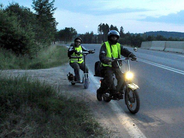 Miroslav Mondek vyrazil na motorové koloběžce na etapovou cestu okolo republiky s peticí proti alkoholu. Start byl v neděli ve 21.30 hodin nedaleko od Arnoltova na Sokolovsku, kde před pěti měsíci tragicky zahynuli při dopravní nehodě dva mladí lidé.